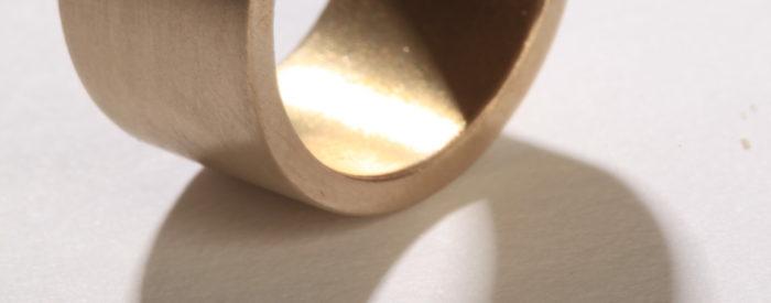 6IMAGESIXYELLOW GOLD WEDDING RING